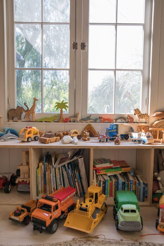 kids room shelves toys